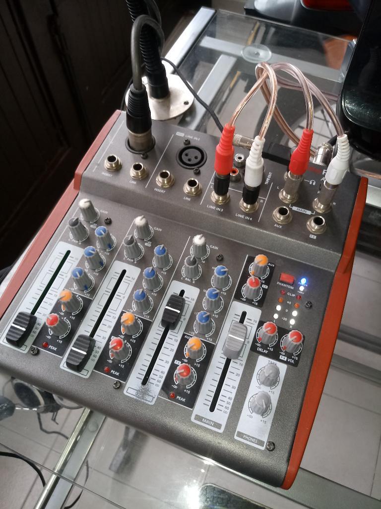 Consola de Audio de 4 Canales Nueva
