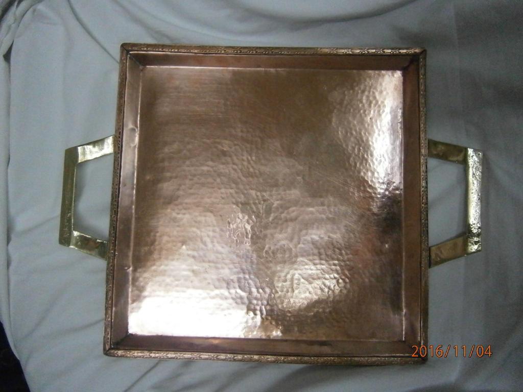 Bandeja en cobre martillado cuadrada y asas en bronce.