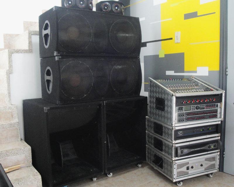 Equipo de sonido profesional triamplificado