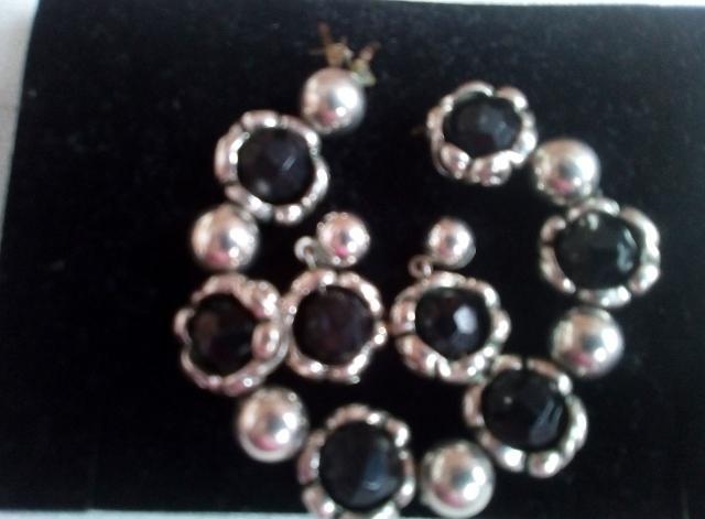 pulsera y aretes en plata con piedras negras