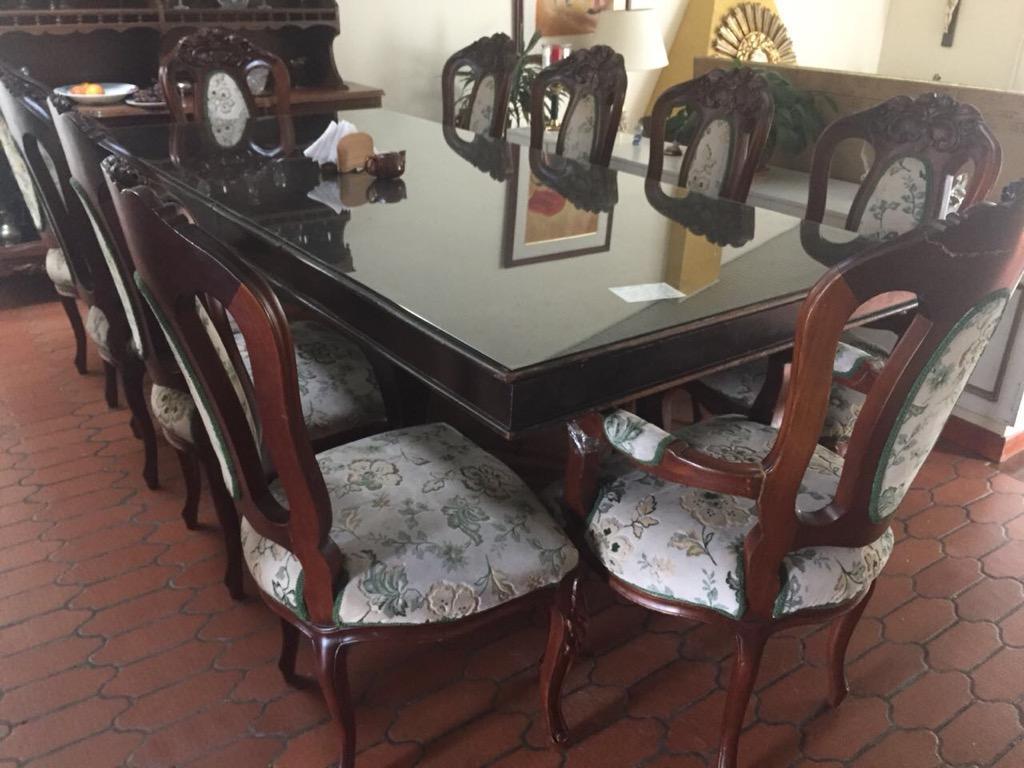 Ganga comedor 8 puestos con vitrina y juego de sala y alcoba