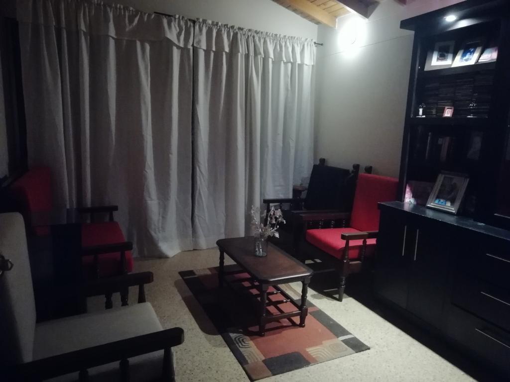 Muebles de Madera Y Biblioteca