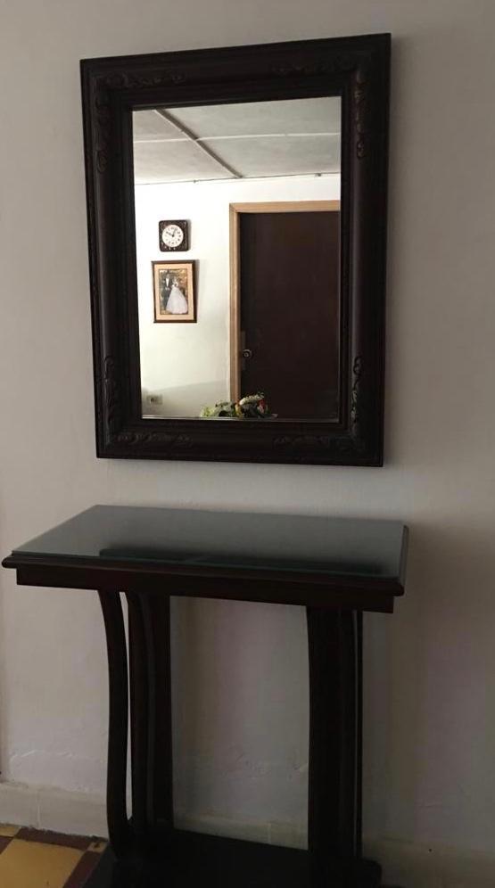 Espejo y mesa en madera