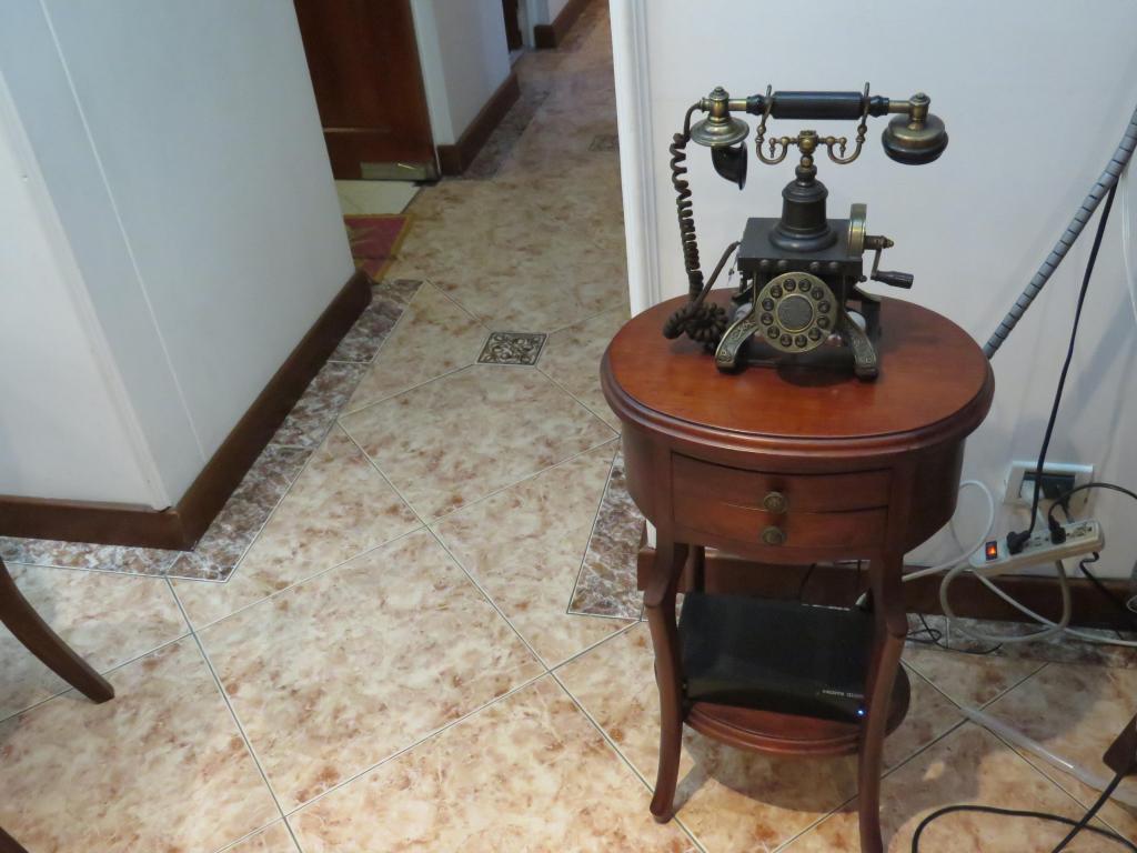 Mesa para teléfono en madera
