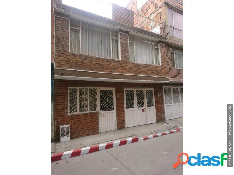 Venta casa de tres pisos en el barrio la estancia.