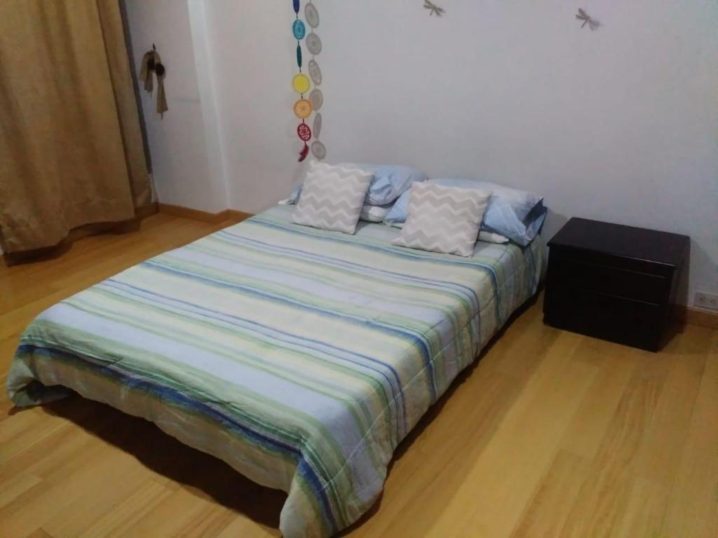 Base cama queen colchon y mesa de noche