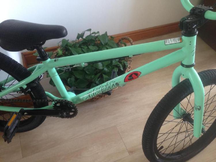 Bicicleta BMX, marca GT, Rin 20, Color Mate Melt, casi nueva