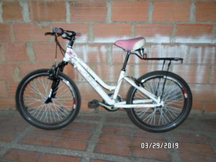 Bicicleta en aluminio con accesorios shimano