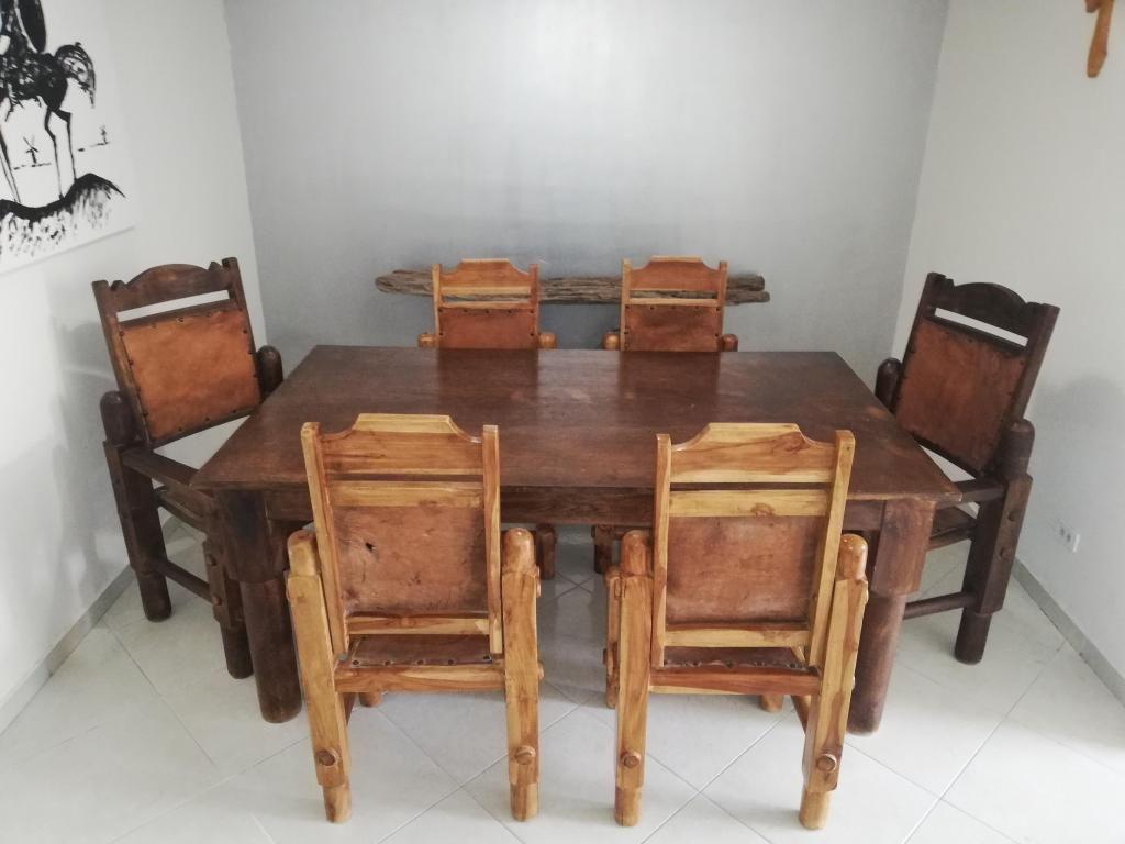Mesa de comedor con 6 robustas sillas de madera