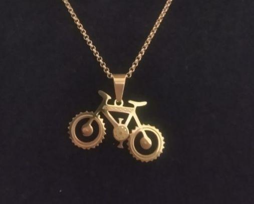 Dije bicicleta dorada con cadena de acero