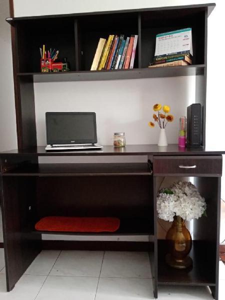 Escritorio en perfectas condiciones, grande, cómodo y