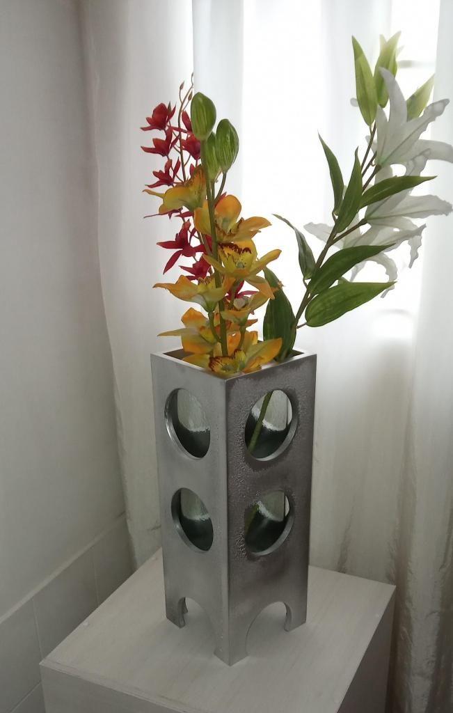florero jarron en vidrio y base en madera