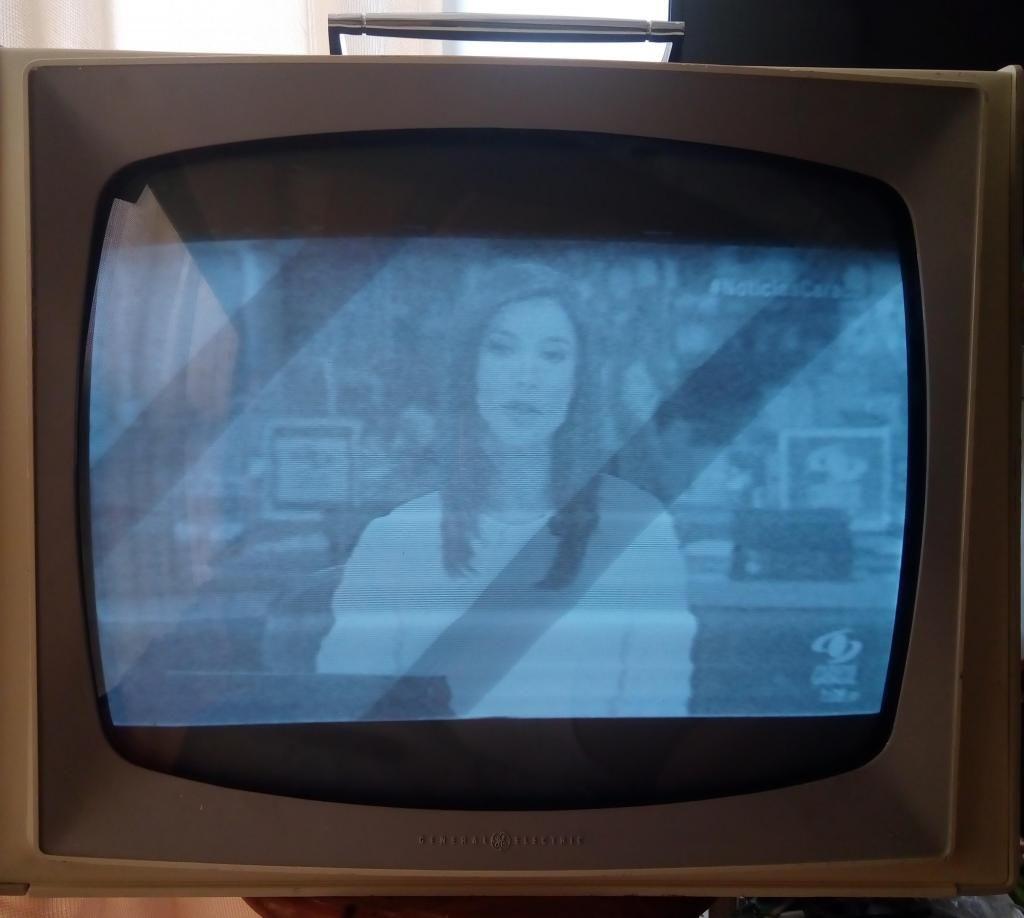 ANTIGUO TV DE TUBOS GENERAL ELECTRIC  PORTABLE A