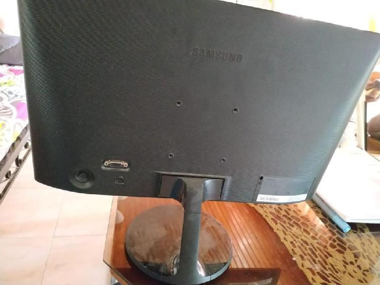 Vendo Monitor con Teclado Y Mouse