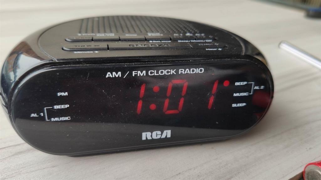 A275 RADIO RELOJ RCA CON AM/FM, ALARMA Y ADAPTADOR DE