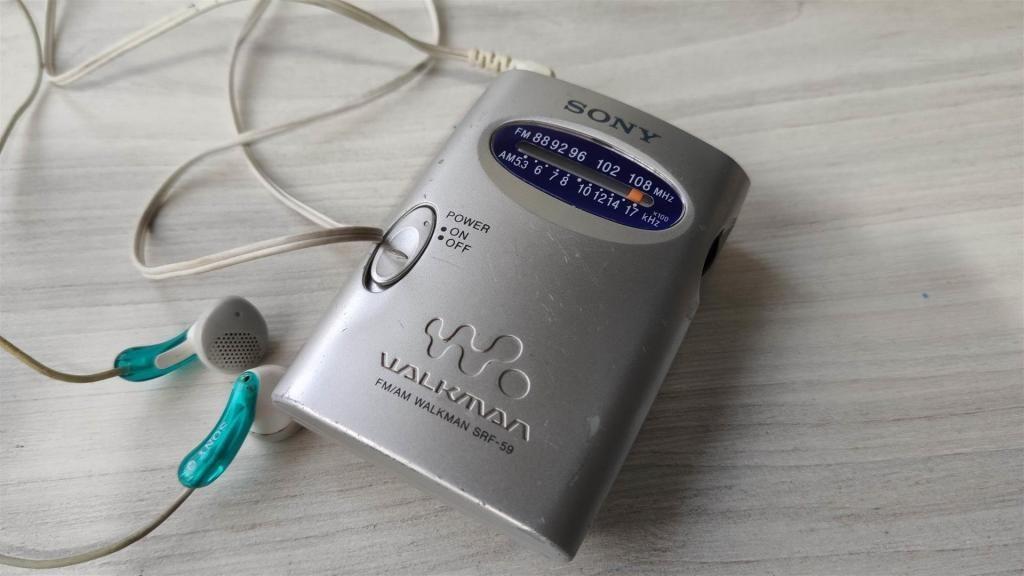 A286 RADIO AM/FM SONY WALKMAN CON AUDÍFONOS (FUNCIONA BIEN)