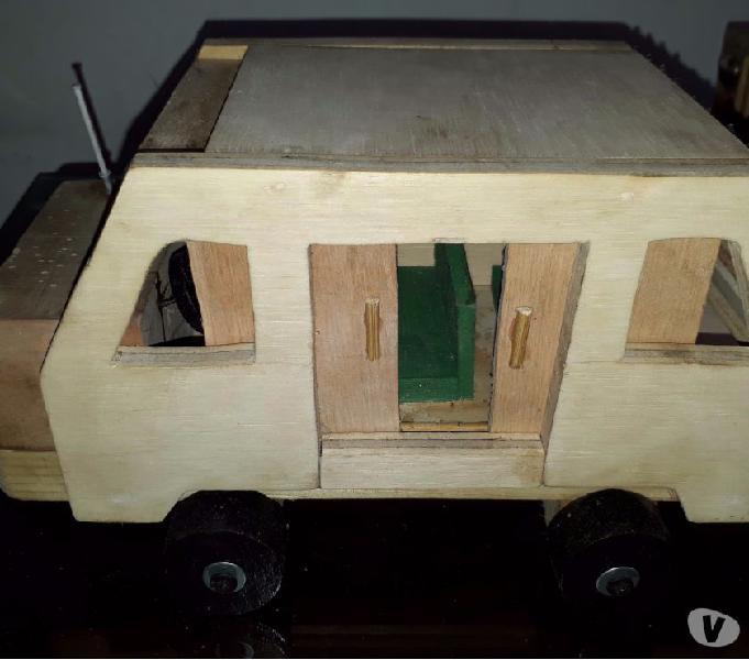 Venta de carros de madera para niños.