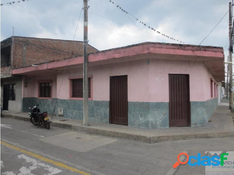 CASA ESQUINERA CON LOCAL EN LA INDEPENDENCIA