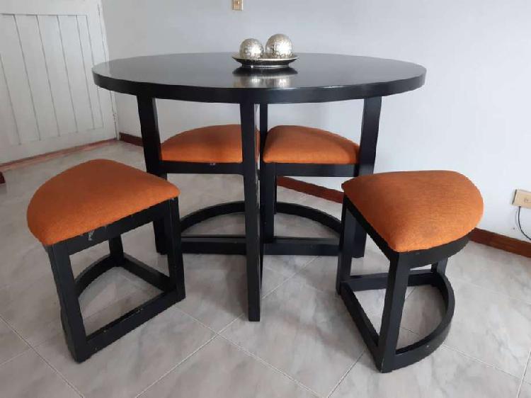 Comedor y sala compuesta por sofá cama, dos sillas y mesa