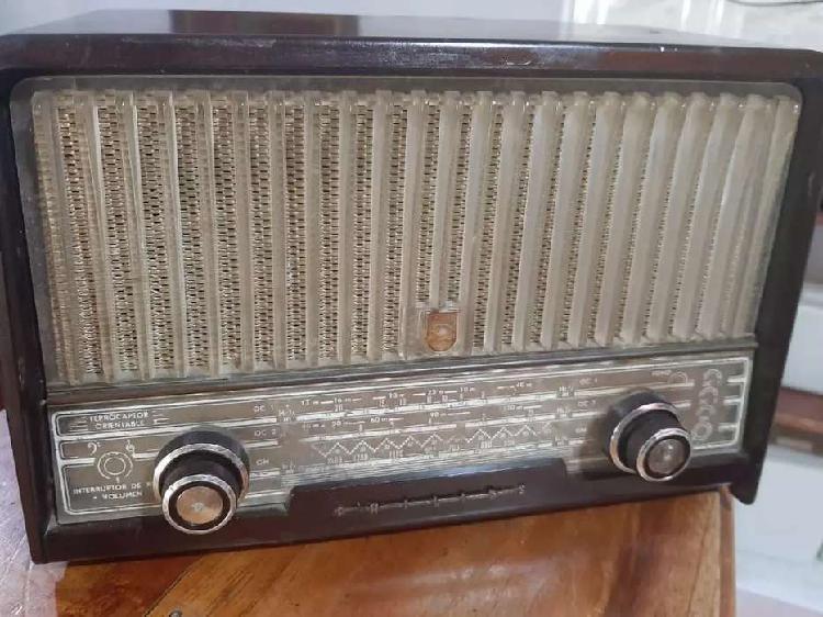 Antiguo radio Philips de tubos. Del año de 1956