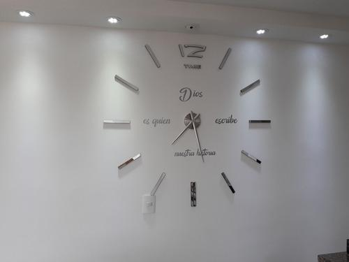 Reloj De Pared 3d Color Plateado Con Frace En Vinilo
