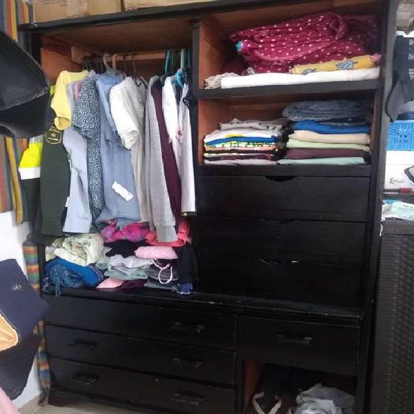 se vende closet de ropa en regular estado, pero util y muy