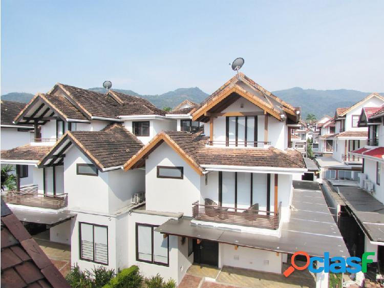 Casa en venta en exclusivo condominio de villavicencio