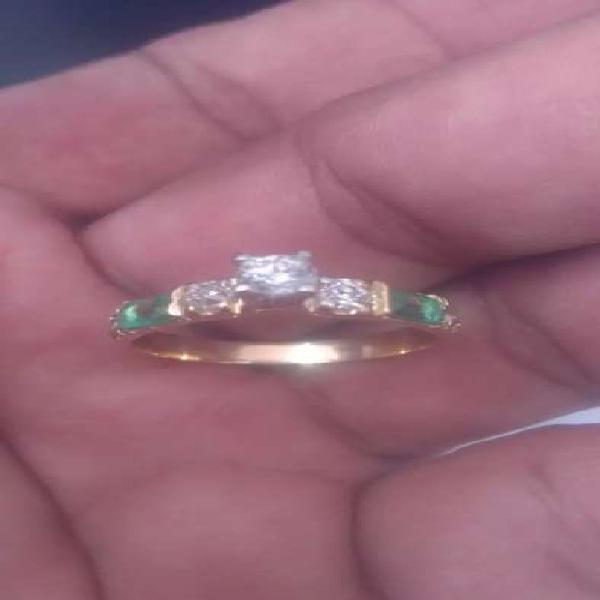 Anillo de oro con diamantes centrales y esmeraldas y dos