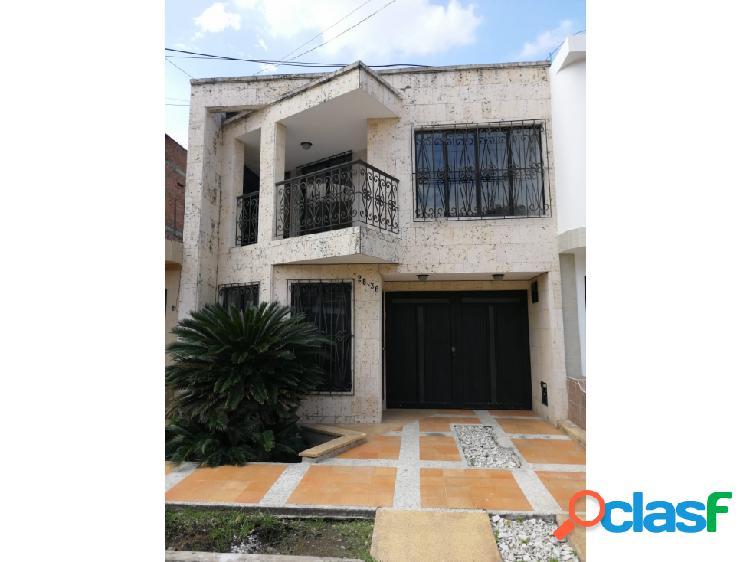 Se renta casa de 2 plantas en el barrio Portales del Recreo