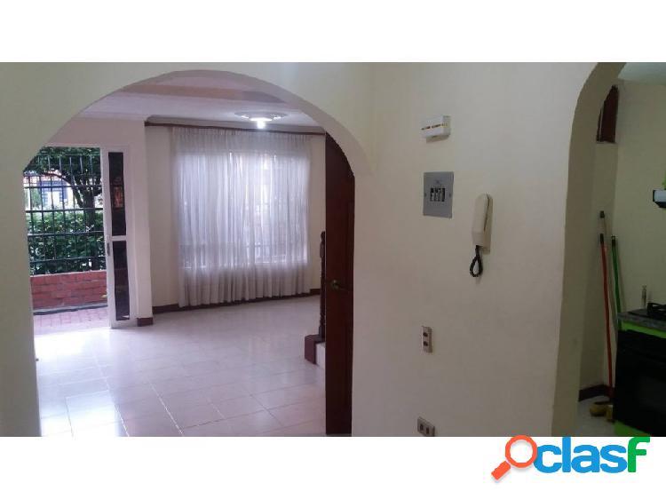 Casa en Unidad Caney 3 pisos Remodelada (K.G)